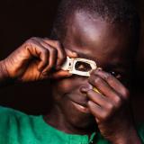 Kesk-Aafrika Vabariigist pärit Mustafa poseerib fotograafiks riietatuna.